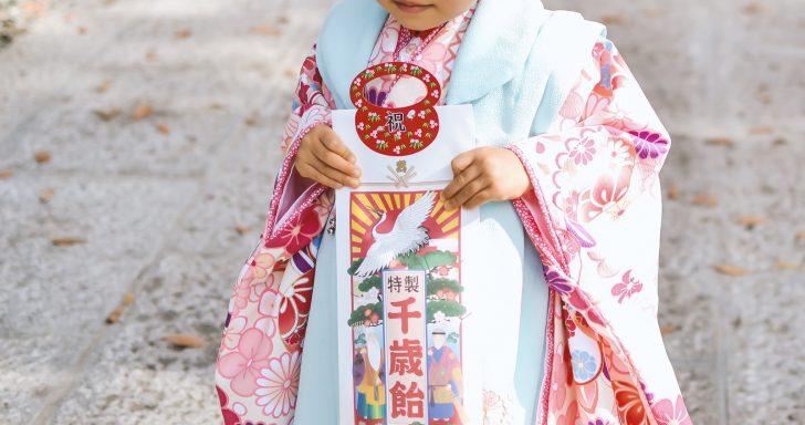 七五三で千歳飴を持った3歳の女の子