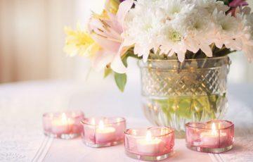 結婚式のテーブルにピンクのキャンドルとお花