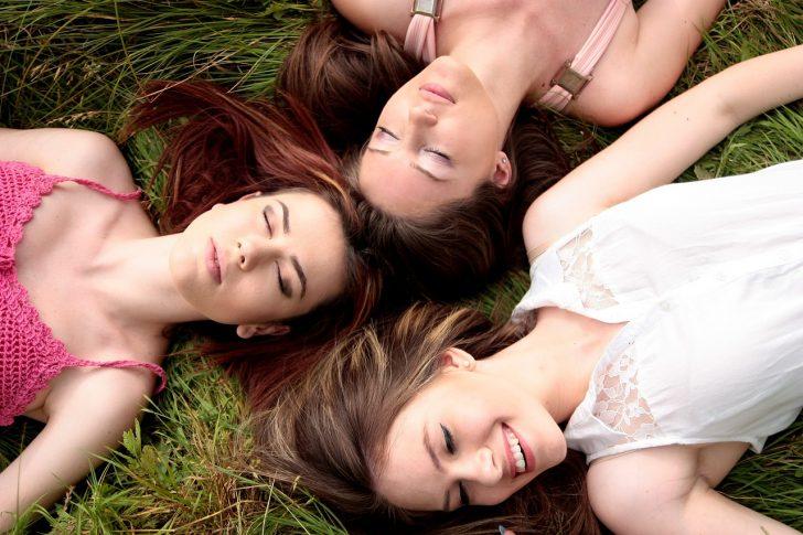 ドレスアップした女性3人