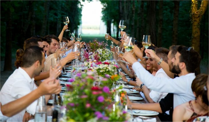 結婚式のパーティーで乾杯をするゲスト