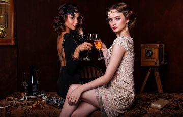 ベージュのパーティードレスを着た女性と黒のワンピースを着た女性