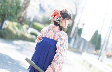 袴で卒業式を迎える女子大生